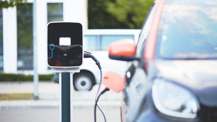 Comment recharger son véhicule électrique en copropriété?